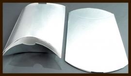 Cadeau - Geschenk Verpakking: Gondel Doosje Glanzend Zilver met Bloemen.