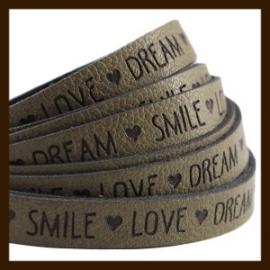 DQL738: 20cm Plat Imitatieleer van 10x2mm. Tekst: LOVE DREAM SMILE. Olive Green.