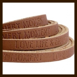 DQL149: 50cm Plat Imitatieleer van 5x2mm. Tekst: LOVE LIFE. Walnut Brown.