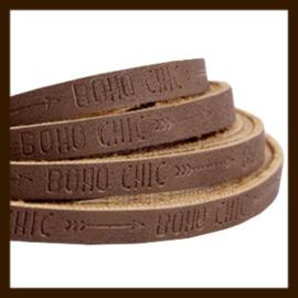 DQL147: 20cm Plat Imitatieleer van 5x2mm. Tekst: BOHO CHIC. Dark Brown.