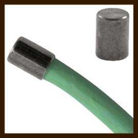 K019: Set van 2 DQ Zwart Nikkelkleurige Einddopjes van 5x4mm, rijggat is 3mm.