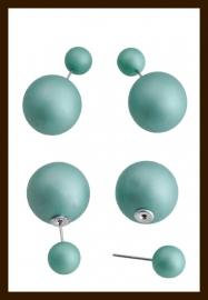 O453: Dubbelzijdige Oorbellen met Parels: Licht Blauw-Groen.