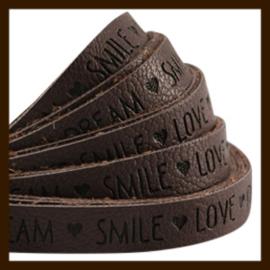 DQL743: 20cm Plat Imitatieleer van 10x2mm. Tekst: LOVE DREAM SMILE. Dark Chocolate Brown.