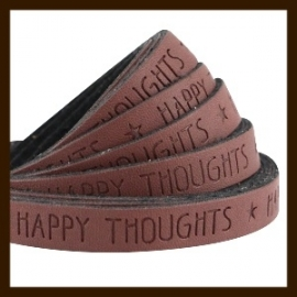 DQL672: 20cm Plat Imitatieleer van 10x2mm. Tekst: HAPPY THOUGHTS. Roast Brown.
