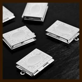 HMED02: Hanger Medaillon Boek van 17x11,5mm: Bewerkt Zilverkleur.