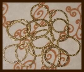 R010: Grote Metalen Gouden Ringen van 34x27mm.