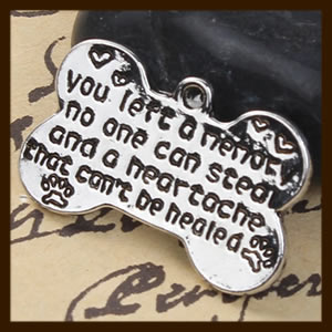 HDK022b: Hanger Amulet van 26mm: You left a memory no one can steal and a heartache that can't be healed.