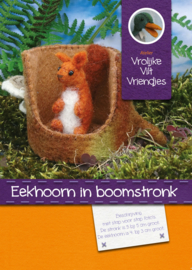 Eekhoorn in boomstronk