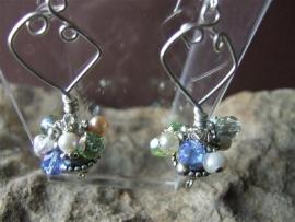 003 Blauw-groen-helder kristallen oorbel.