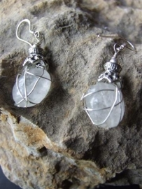 045 Almost clear stone, wrapped in silverplated wire E20,-
