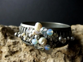 Metal bracelet with Opalite and Pearls