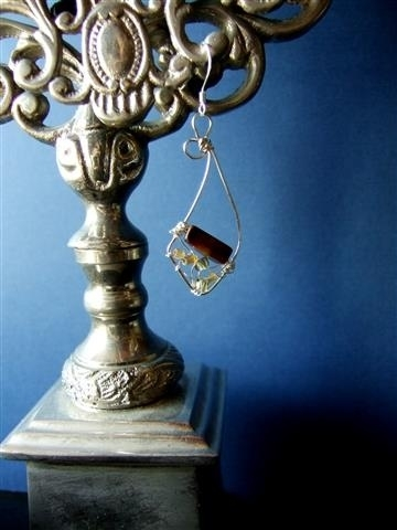 257  Earring with Carneole and   pieces of glass E25,-