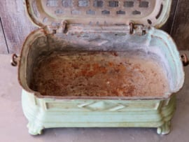 Oude gietijzeren stoof voetenwarmer