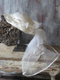 VERKOCHT Vintage bruidshoedje