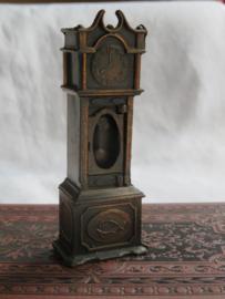 Miniatuur bronsmetalen staande klok (puntenslijper)