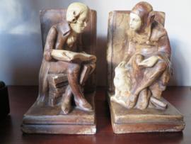 VERKOCHT Antieke gipsen boekensteunen De Geleerde en De Nar met Uil