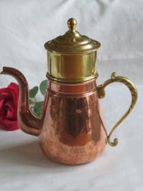 Kleine oude roodkoperen koffiepot met filter