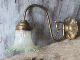 VERKOCHT Oude Franse koperen wandlamp, melkglazen kap met groene rand