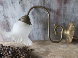 Oude Franse koperen wandlamp met witte melkglazen kap