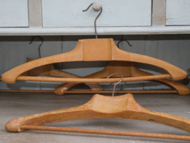 Oude Franse houten kleerhangers met broekenstang