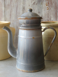 Oude grijze emaille koffiepot met filter