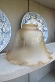 Lampenkapje van glas met geschulpte rand