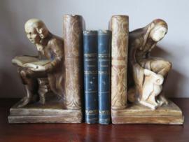 Antieke gipsen boekensteunen De Geleerde en De Nar met Uil