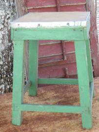 VERKOCHT Oude Franse houten kruk