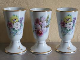Franse koffiebekers op voet met floraal motief, set van 3 stuks