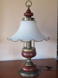 Tafellamp met melkglazen kap, messing en hout, 60cm hoog
