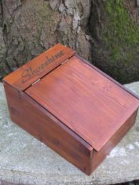 Oude houten schoenpoetskist met spiegel aan de binnenzijde