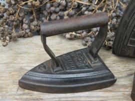Antiek gietijzeren strijkijzer strijkbout Salter no. 2