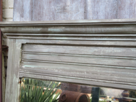 verkocht* Landelijk brocante spiegel in vergrijsde houten lijst, 92 x88 cm