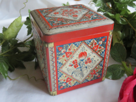 Oud theeblikje met bloemdecor in relief