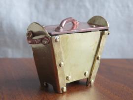 Oud miniatuur koperen kistje