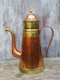 Oude koperen koffiepot met filter