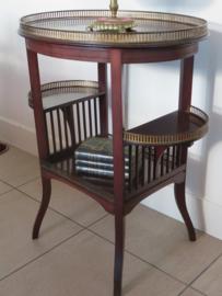 Oude houten bijzettafel theetafel met goudmetalen opstanden