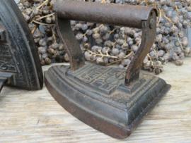 Antiek gietijzeren strijkijzer strijkbout, Salter no. 6