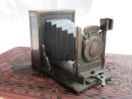 VERKOCHT Miniatuur bronsmetalen camera (puntenslijper)