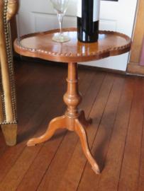 Antiek Engels ovaal wijntafeltje bijzettafeltje met wortelnoten inleg