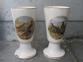 Franse porseleinen koffiebekers op voet met gevogeltedecor, set van 2