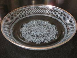 Oude ronde glazen koekschaal met kantmotief