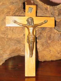 Oud houten kruisbeeld crucifix met koperen jezusbeeld