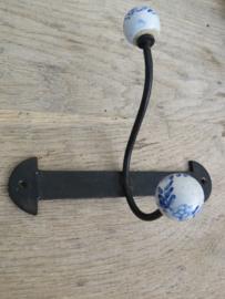 VERKOCHT Frans metalen kapstokje met porseleinen knopjes