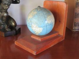 Oude houten boekensteun met globe