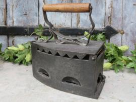 Oud gietijzeren strijkijzer strijkbout