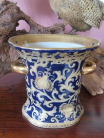 Klassieke keramiek vaas blauw glazuur en bladgoud