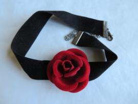 Zwart fluwelen halsbandje met rode roos