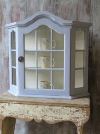 VERKOCHT Oud houten lavendelblauw vitrinekastje