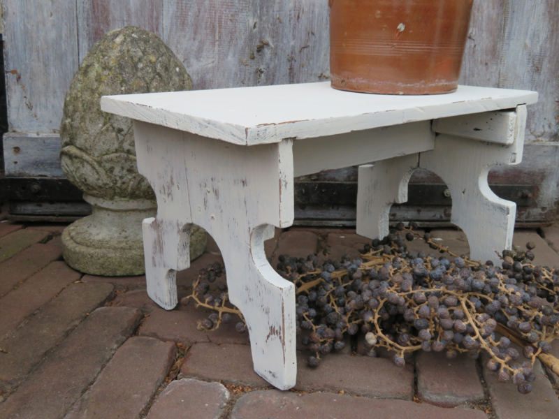 Oud wit houten krukje / voetenbankje